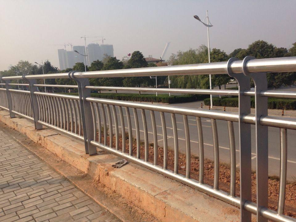 拉萨河边护栏以客为尊