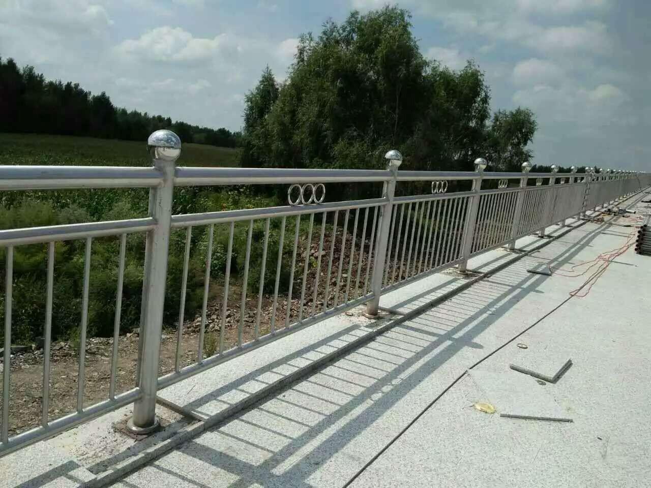 内蒙古自治区呼和浩特市土默特左旗304不锈钢复合管防撞护栏C